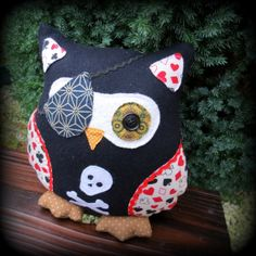 A pirate owl pillow.  24cm tall.  9.4 inches  by TheSherbetPatch