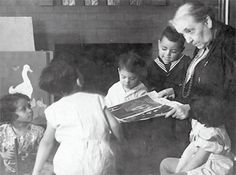 Jane Addams reading to children