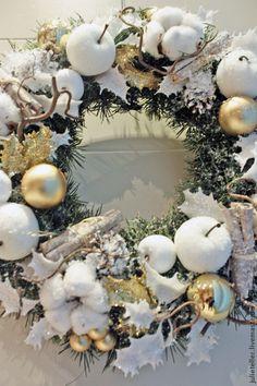 Купить или заказать Новогодний венок в интернет-магазине на Ярмарке Мастеров. Новогодний венок на дверь. Венок выполнен из искусственной хвои, украшен золотистым декором и веточками хлопка. Если Вас заинтересовали мои работы, можете добавить меня в свой круг, чтобы получать при желании уведомления о новинках магазина.