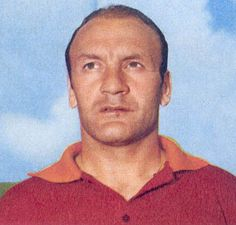 Giacomo Losi (Soncino, 10 September 1935) – A symbol. In the entire history of the club, Giacomo Losi is one of the finest examples of loyalty and devotion to the Giallorossi shirt. And as it always happens with such symbols, the stats – although impressive – are not enough to fully describe an authentic champion, for both his generosity and his performances: fifteen seasons, 386 league appearances, two goals, one Fairs Cups and two editions of the Coppa Italia.