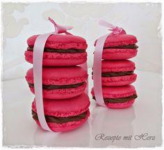 je nach Größe ca. 30 Macarons   130 g gemahlene Mandeln geschält  150 g Puderzucker  50 g Zucker, fein 100 g Eiweiß, ca. 3 Stück,  F...