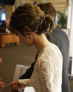 ariさんはInstagramを利用しています:「. 今週ついに jocelyn がお嫁に行きました 🕊😢💖 . この数ヶ月間本当に沢山の方が お問い合わせして下さり、 やっとぴったりサイズの花嫁様に出会えて、 お直し無しでそのまま着用して頂けることに ☺️ 大好きな大好きな jocelyn…」 Dye My Hair, Your Hair, Bridal Hairdo, W Dresses, Hair Arrange, Santorini Wedding, Relaxed Wedding, Bride Hairstyles, Beautiful Bride