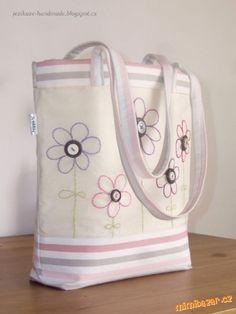 Ušít takovouto tašku není nic složitého. Budete potřebovat: * dvě různé látky - jednobarevnou a s...