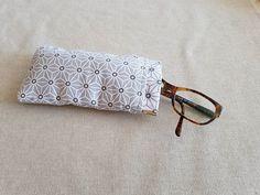VLD Créations sur Instagram: Un joli étui à lunettes, largement inspiré du modèle Mirettes de @patrons_sacotin 🤩. Verdict : des lunettes bien protégées, une fermeture à…