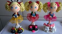 canetas decoradas com biscuit e renda . Faço de varios temas consulte.  feita com caneta bic Fimo Clay, Polymer Clay Projects, Craft Projects, Projects To Try, Cake Decorating With Fondant, Pasta Flexible, Basket Decoration, Sculpture Clay, Fairy Dolls