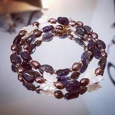 Bracelet double tour en pierres fines de Iolite avec perles de culture et papillons en nacre blanche. Une création unique signée Stéso Bijoux Swarovski, Tour, Bracelets, Creations, Charmed, Jewelry, Fashion, Mother Of Pearls, Papillons