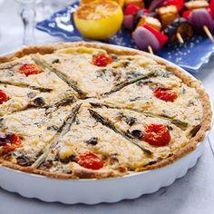 Laga en härligt krämig och fantastiskt god vegansk paj med en fyllning av spenat och svamp. Recept på vegansk paj & mer inspiration hittar du på Tasteline.