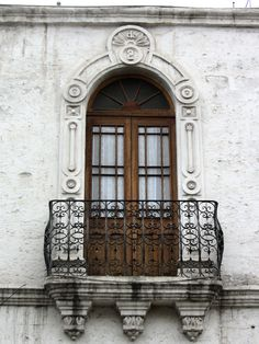 """Cacería Tipográfica N° 93: Tercer balcón en la casona de la calle Santa Catalina en Arequipa. El artículo """"de"""" y el número 2."""