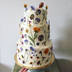 a pure white wedding cake that is all decorated with edible flowers . - a pure white wedding cake that is all decorated with edible flowers looks wild and very Jammie Trou - Summer Wedding Cakes, Floral Wedding Cakes, Wedding Cake Designs, Cake Wedding, Wedding Navy, Wedding Cake Edible Flowers, Wedding Cakes With Flowers, Wedding Ceremony, Wedding Venues