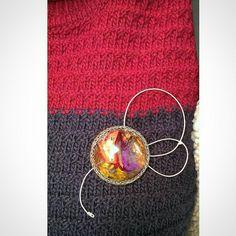 Broche de resina y ganchillo de alambre