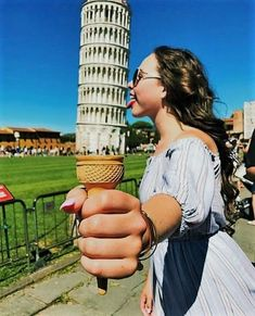 The Leaning Tower of Pisa is a hugely popular tourist site; people love taking forced perspective photos. See funny Leaning Tower of Pisa pictures here. Photo Illusion, Illusion Photos, Illusion Drawings, 3d Drawings, Creative Photography, Amazing Photography, Portrait Photography, Travel Photography, Photography Ideas