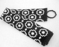 ** Dies ist ein MADE-TO-ORDER-Element. Bitte erlauben Sie bis 3 Tage für die Produktion nach dem Kauf. **  Eine schöne Peyote Armband! Japanische Delica Perlen Johannisbeere Glanz und undurchsichtige Johannisbeere gemacht. Es schließt mit als Perlen ein-/Ausschalter und einer Schleife.  Das Armband ist ca. 5/8(1,6cm) breit - es kann in beliebiger Länge und erfolgen in anderen Farben zu.  Es ist sehr angenehm zu tragen, leicht und auf jeden Fall ein Blickfang!  Wenn Sie dieses Armband selbst…