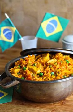 Galinhada is an emblematic Brazilian dish prepared with rice and chicken whose yellow color comes from saffron or turmeric. Cuban Recipes, Portuguese Recipes, World Recipes, Italian Recipes, Chicken And Rice Dishes, Chicken Recipes, Chicken Rice, Brazilian Dishes, Chicken Bog