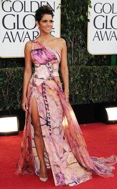 Halle Berry from 2013 Golden Globes: Arrivals In Versace Estilo Halle Berry, Halle Berry Style, Golden Globes 2013, Golden Globe Award, Celebrity Red Carpet, Celebrity Style, Beautiful Gowns, Beautiful People, Stunning Dresses