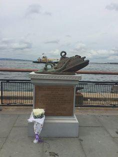 Elaborado memorial de bronce dedicado a las 400 víctimas del pulpo gigante que atacó el ferry de Staten Island en 1963
