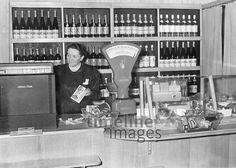 Kassiererin in einem Lebensmittelgeschäft, 1942 Timeline Classics/Timeline Images