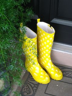 Last summer I took a pair of my husbands rubber boots and spray painted them……..you can see that HERE! This year I found a pair of rainboots at the local thriftshop for $5.00 (no painti…