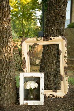 déco mariage champêtre - cadre miroir et cadre photo vintage et guirlandes lumineuses pour une atmosphère romantique