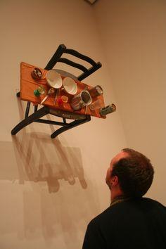 """Daniel Spoerri En 1960, il rejoint le groupe nouvellement créé des nouveaux réalistes. Il crée ses """"tableaux pièges"""" en collant des objets sur un support qu'il fait passer de l'horizontal au vertical. Ainsi expose-t-il une table mise, un étal de brocanteur, un tiroir..."""