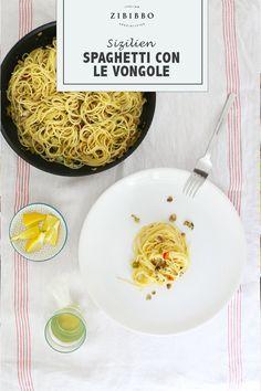 Am besten schmecken die maritimen Aromen der Spaghetti Vongole verfeinert mit etwas frischer Zitrone, feuriger Chili und trockenem Weißwein. Spaghetti Vongole, Chili, Food And Drink, Vegan, Ethnic Recipes, Al Dente, Vegetarian Recipes, Dry White Wine, Sicily