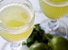 2 unidades de limão tahiti (sem casca)     1 ½ litro de água gelada     2 colheres (sopa) de mel (ou a gosto)    2 xícaras (chá) de hortelã fresca (só as folhas)          Modo de Preparo    1. Descarte toda a casca e a película branca que envolve os limões. Corte-os em 4 partes e coloque no copo do liquidificador com a água e o restante dos ingredientes.    2. Bata por 1 minuto, coe e trasnfira para uma jarra. Adoce mais se desejar.