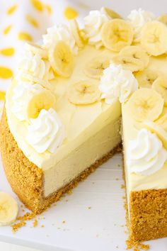 Cream Cheesecake with Bavarian Cream! Banana Cream Cheesecake - a creamy banana cheesecake with banana bavarian cream!Banana Cream Cheesecake - a creamy banana cheesecake with banana bavarian cream! Bon Dessert, Banana Dessert, Easy Desserts, Delicious Desserts, Dessert Recipes, Gourmet Desserts, Plated Desserts, Banana Cream Cheesecake, Banana Cream Pies