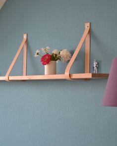 Neu im (umgestellten) Wohnzimmer: Das leather strap shelf