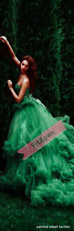 Gorgeous green gown via Sandy V. - Nora Campillo de Fernandez - - Gorgeous green gown via Sandy V. Beauty And Fashion, Green Fashion, Mode Glamour, Mode Shoes, Festa Party, Prom Dresses, Wedding Dresses, Dresses 2016, Mode Inspiration