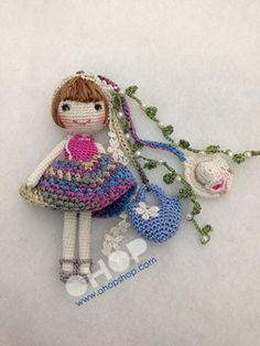 Super cute crochet keychain, little girls would love this dress up doll keychain. Kawaii Crochet, Love Crochet, Crochet Yarn, Crochet Toys, Amigurumi Patterns, Amigurumi Doll, Crochet Patterns, Crochet Dollies, Crochet Gifts