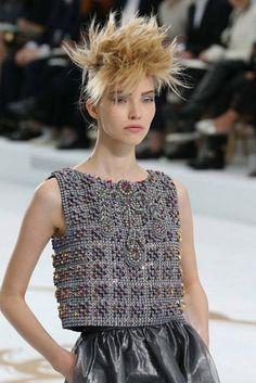 Chanel Couture Kleid aus Beton-Mosaik