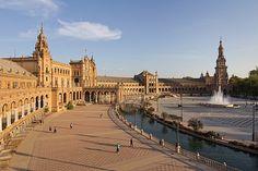 La Plaza de España es un conjunto arquitectónico enclavado en el Parque de María Luisa de la ciudad de Sevilla (España), proyectado por el arquitecto Aníbal González.