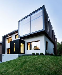 View House 1 Playing With Volumes: The Black and White Connaught Residence in Montreal