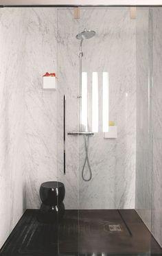 Douche à l'italienne dans la salle de bains gainée de marbre