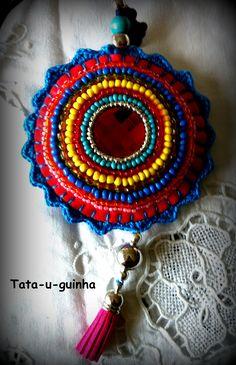 colar em feltro bordado com missangas (beading) e debroado a crochet