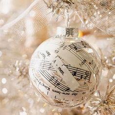 Ziemassvētkiem gatavojoties. (Christmas Is Coming)