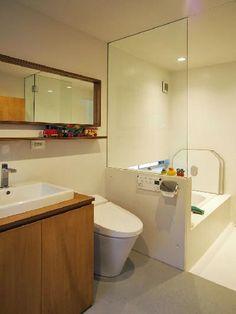 1階の洗面室、トイレ、浴室。洗面所の鏡、洗面台にも合板を使っている(写真:飯田 彩)