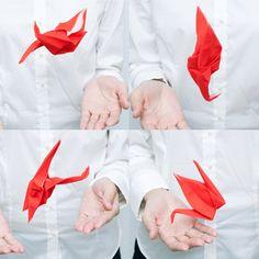 Peti Peto(プッチペット)は、折り紙で作る動物をモチーフにしたポケットクリーナーです。メガネのレンズや携帯電話等の液晶画面の汚れを拭き取るなどご活用頂けます。 プリーツ加工を施すと形状記憶するというポリエステルの特性を活かし、折動物の形で折り込まれ加工されたPeti Peto(プッチペット)は展開して広げても、手の中で優しく揉んでいると元の動物の形に戻ってしまいます。 Peti Peto(プッチペット)とはラテン語で「プッチ」=小さい、「ペット」=動物という意味。いろいろな場所に共に連れて行きたくなる身近 なペットのような存在になることでしょう。 本商品は、「花結び」の水引が描かれたパッケージに紅白のTsuru(鶴)が各1個入ったセット。お祝い事のギフトにおすすめの商品です。