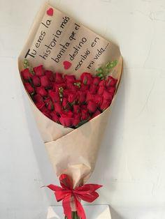 50 rosas rojas atadas en bouquet, decorado con papel craft y moño de listón. Tamaño...