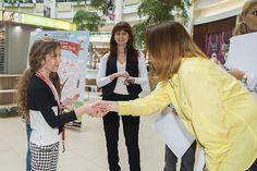 Certifikát o absolvovaní praxe odovzdáva Terezke riaditeľka marketingu Polusu