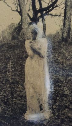 now THAT'S a scary ass ghost picture - Scream, Ghost Pictures, Ghost Pics, Creepy Pictures, Spiritus, Haunted Places, Haunted Houses, Ghost Stories, Horror Art