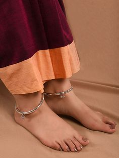 Payal Designs Silver, Silver Anklets Designs, Silver Payal, Anklet Designs, Gold Earrings Designs, Indian Jewelry Sets, Silver Jewellery Indian, Bridal Jewellery, Silver Ankle Bracelet