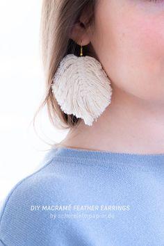 Makramee Anleitung: Makramee DIY Federn als Ohrringe selber machen - auf meinem DIY Blog schereleimpapier verrate ich euch in der Anleitung, wie ihr diesen wunderschönen Boho Schmuck selber machen könnt, inklusive meinem Geheimtipp für ein perfekt seidig-flauschiges Ergebnis! Feather Earrings, Diy Earrings, Crochet Earrings, Diy Schmuck, Boho Diy, Macrame Patterns, Cool Diy Projects, Boho Jewelry, Diys