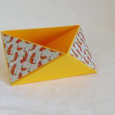 Vide poche en origami, triangulaire, jaune soleil et carpe du japon