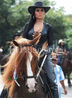 Equestrian Equipments – Equestrian Equipments Tips Sexy Cowgirl, Cowgirl Chic, Cowgirl Mode, Estilo Cowgirl, Cowgirl And Horse, Western Girl, Cowboy And Cowgirl, Horse Girl, Cowgirl Style