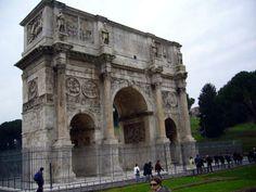 Arco Constantino al lado del Coliseo, se erigió para conmemorar la victoria de Constantino en el puente Milvio, sobre Majencio, en el 313.