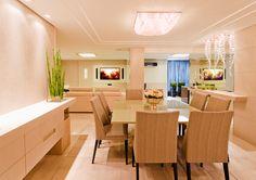 Na sala de jantar, a mesa para 8 lugares centralizada no sutil detalhe de gesso, recebe um imponente plafon de cristal.