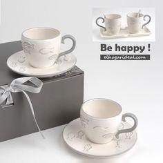 ¿Peces en el café? Perfectos en esta porcelana esmaltada para ti en beige y gris. Tienes la opción de una bandeja de madera con dos tazas de desayuno. http://elhogarideal.com/es/74-juegos-de-cafe
