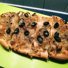 French inspiration for lunch with a kind of pissaladière: thin #organic #onion tart with #olives. Made with the onions from the small veggie box from @towergreenhamlets  #vegatarian #veganrecipes #vegetables #vegan