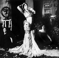 Mata Hari (Margarethe Zeller) performing javanese dances in the library of Guimet Museum, Paris, March 13,1905