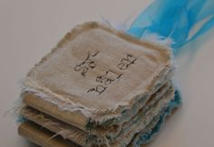 Nice tutorial for an needle envelope. Tutrorial in norwegian, but lots of pics for the non norwegian crafters. Envelope, Arts And Crafts, Diy Projects, Eat, Tableware, How To Make, Craft Ideas, Stitch, Envelopes